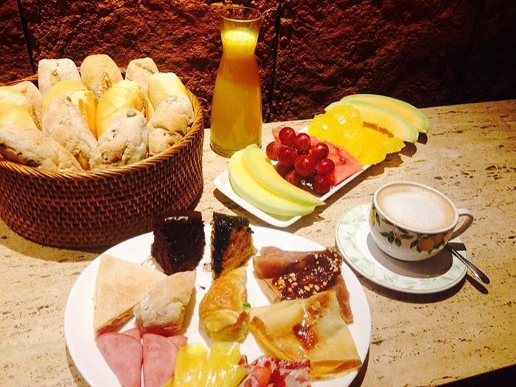 Café da manhã servido na Confeitaria Beira Mar
