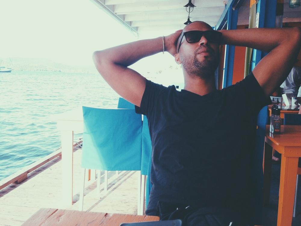 """(Foto: Uroyan """" chillin """" en el restaurante  Dingy Dock  en Culebra, PR)"""