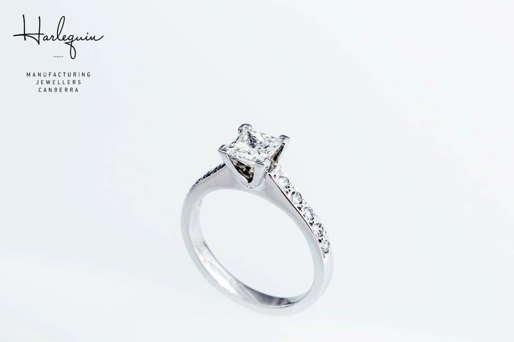 Style 3: Round brilliant cut diamonds in the band