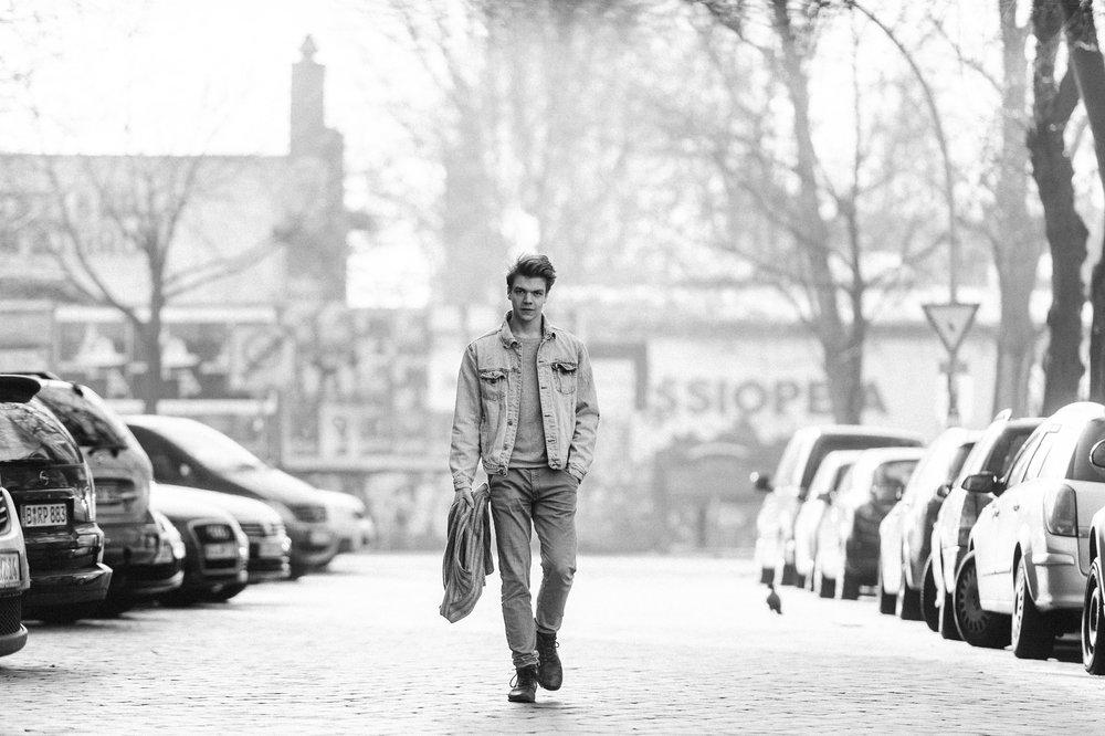 Schauspieler geht über Strasse in Friedrichshain