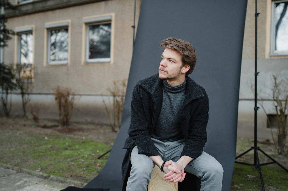 Schauspieler Fotos vor Plattenbau in Berlin