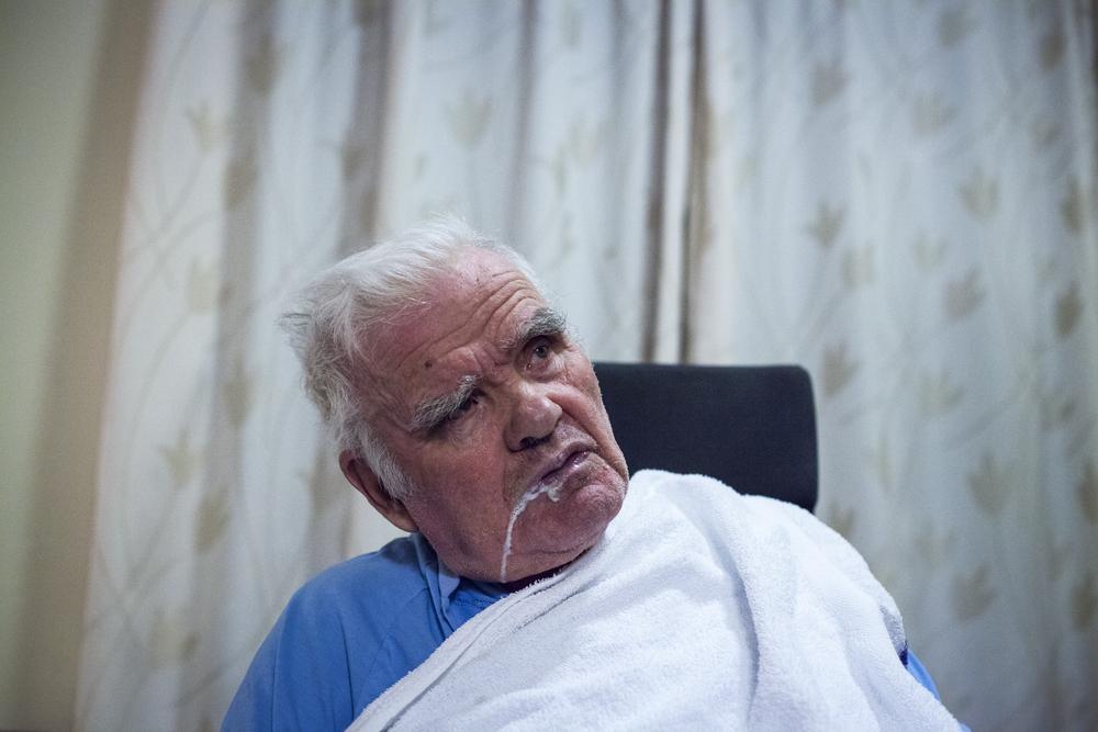 Symptomer på frontotemporal demens:   Pasienten forstår ikke konsekvensen av sine handlinger, som kan være uhensiktsmessige og likevel gjenta seg. Vaner i forhold til inntak av mat, alkohol eller nikotin kan endre seg og evnen til å konsentrere seg brytes av trangen til å følge øyeblikkets impulser.