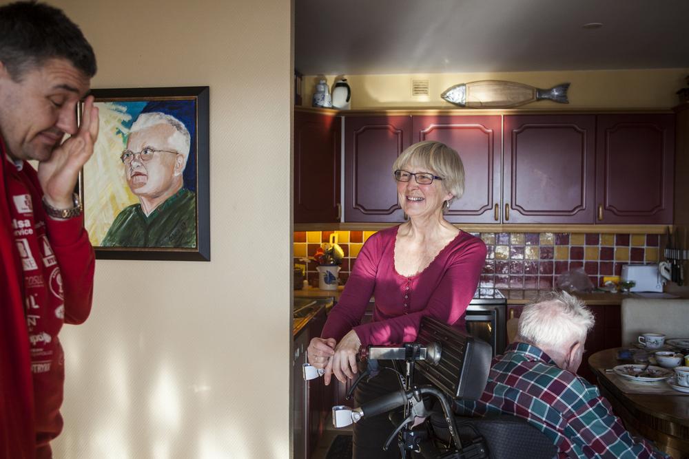 Tirsdag, 19. februar tar Ellen med seg Thor hjem i noen timer på dagen. Hun har laget Thors favorittrett, ostesufflé. Sønnen til Thor, Erlend, er innom.