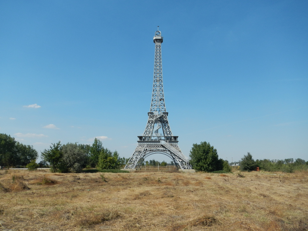 eiffeltower_romania_joeriley