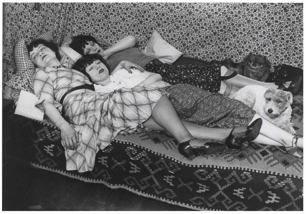 Kiki avec ses amies Thérèse Treize de Caro et Lily. By Brassai 1932