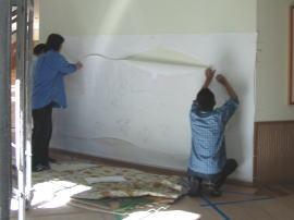 現場の壁に原寸図を貼って、位置決め。