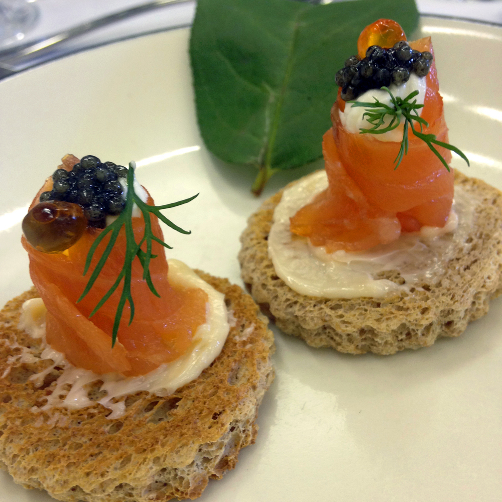 The first course, le caviar et saumon fume au croustillant - smoked salmon and caviar on croutons