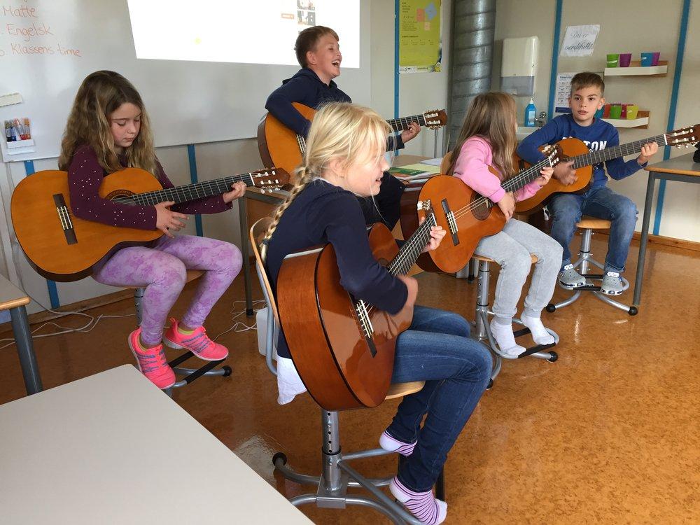 Gitar - 5.- og 6.trinn får gitarundervisning. 5.trinn framførde ein song etter første time!