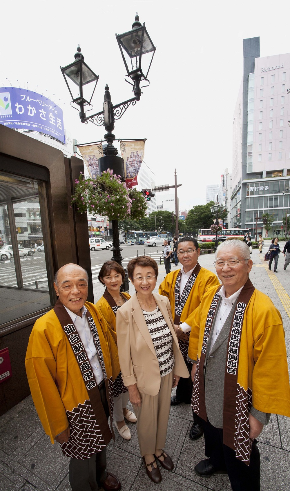 Centre of the front row is Sendai city's Mayor, Emiko Okuyama.The executives of the Sendai Station Square Mall Promotion Association are Mr Osamu Yokoyama (front left), Ms Noriko Yoshida (back left), Mr Koichi Tanaka (back right), and Mr Takuro Katsuyama (front right).