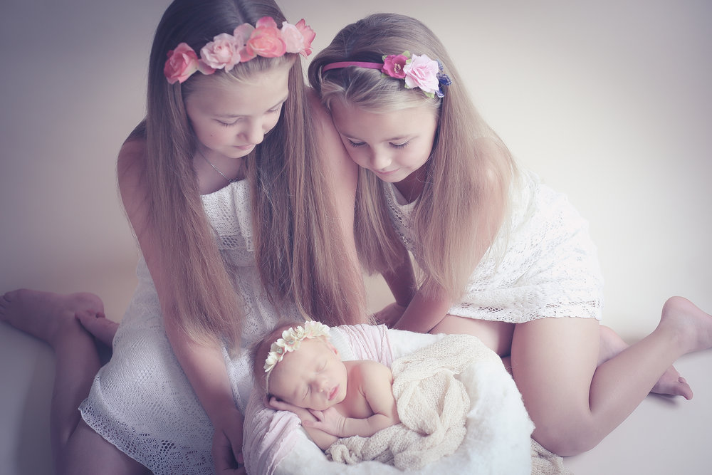 Newborn-photosession-with-sibings