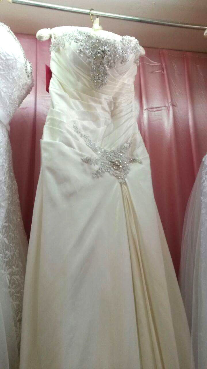 Size 10 dress, Whatsapp Mada at 08 88 36 84 68 for more information about this dress.