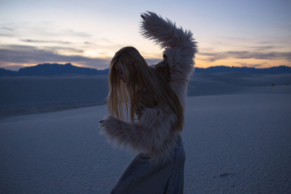AstroBandit_JordanRose_WhiteSands_Dancing_WhiteSandsNationalMonument_GypsumSand_Fashion_Sunset_FauxFur_1.jpg