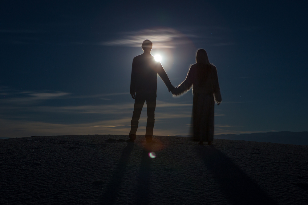 AstroBandit_JordanRose_WhiteSands_WhiteSandsNationalMonument_GypsumSand_Sunset_Couple_HoldingHands_love.jpg