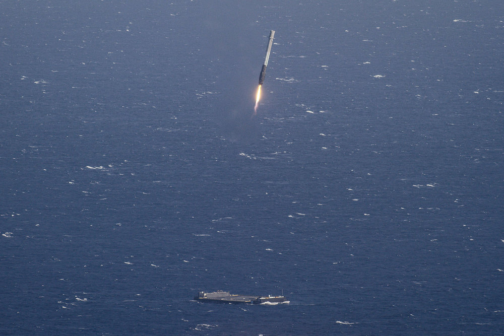 The SpaceX rocket approaching the landing platform.  – Image Credit: SpaceX/flickr