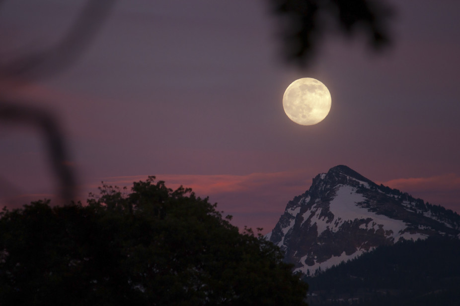 Stunning moon rise over Brokeoff Mountain, California. - Image Credit:  Jillian Kern/flickr ,  CC BY-NC-ND