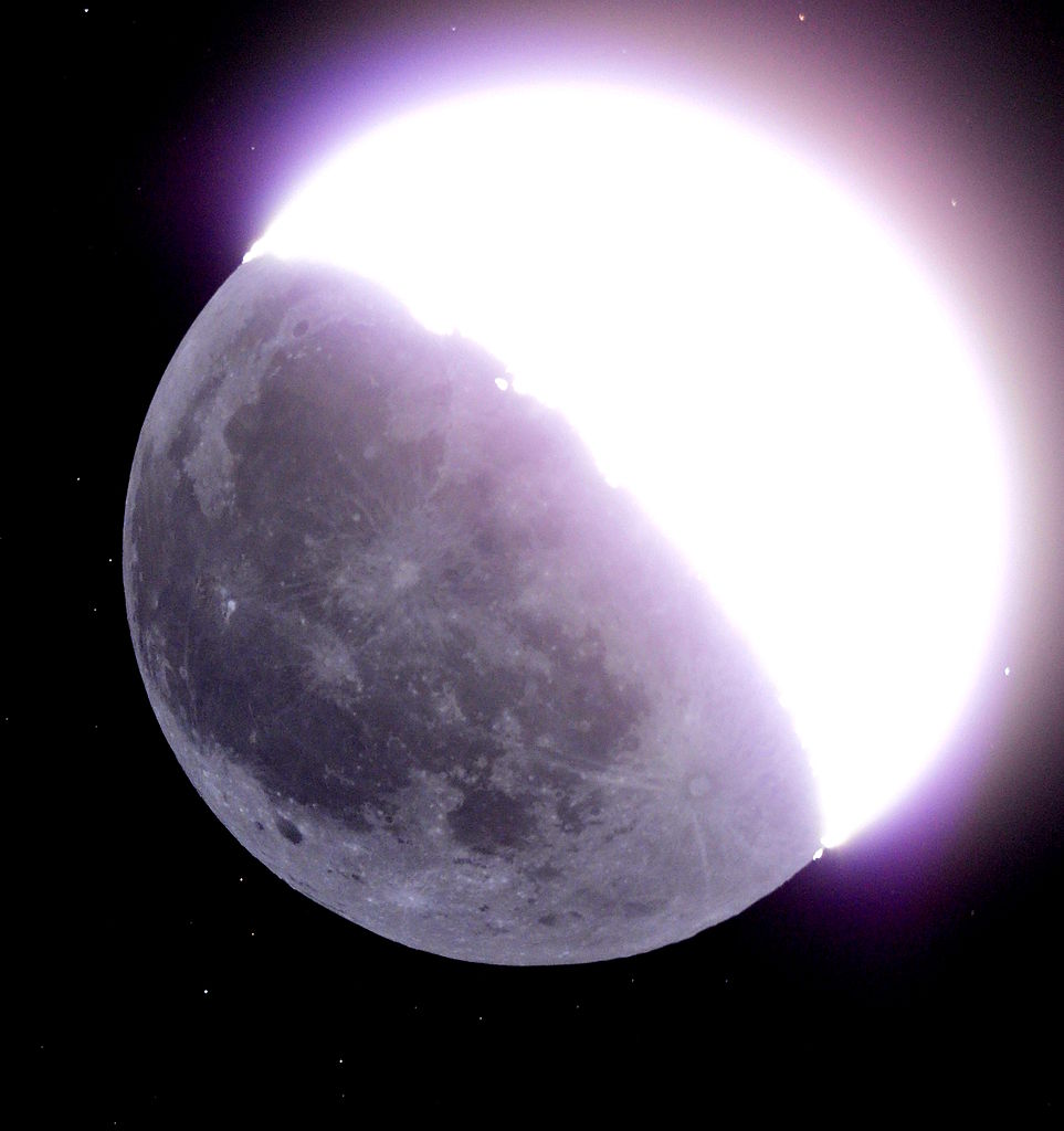 Earthshine reflecting off the Moon - Image Credit: 阿爾特斯/WikimediaCommons
