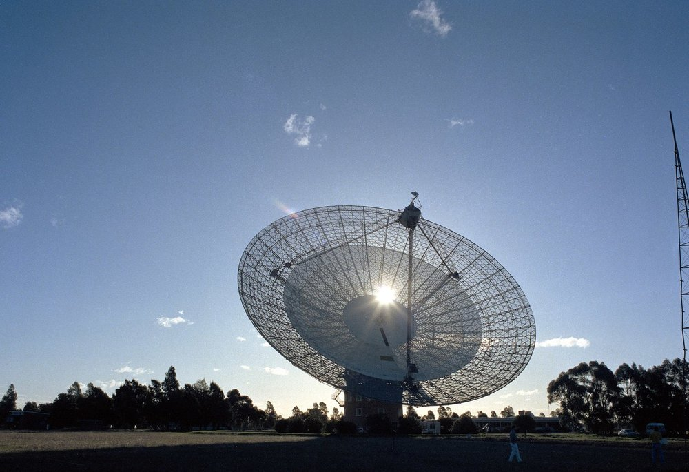 The Parkes telescope tracking Voyager 2 at Neptune on the day of the close approach. - Image Credit: CSIRO