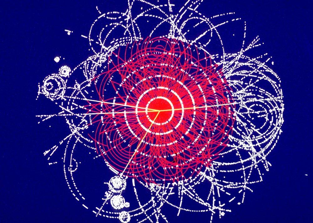 En esta simulación de ATLAS, dos protones colisionan a 14 TeV, produciendo un bosón de Higgs que rápidamente se descompone en cuatro muones (pistas amarillas) - Crédito de imagen: ATLAS / CERN