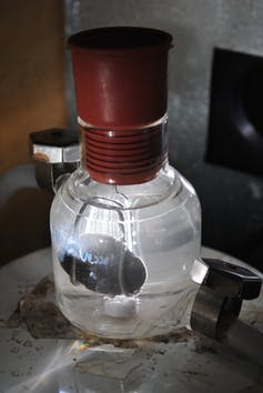 Photo catalyst producing hydrogen gas from water. Image Credit:. - O. Usher (UCL MAPS)/Flickr,  CC BY-SA