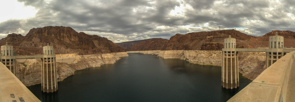 The water surface elevation of Lake Mead has dropped about 15 metres from its highest level, revealing a white ring of mineral deposits on its walls.- Image Credit:  Wayne Hsieh/flickr , CC BY-NC