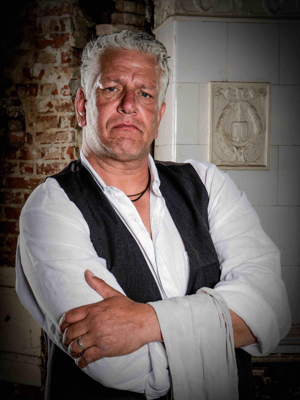 John-Patric Baetke - Jede gute Kneipe braucht auch einen guten Kellner! Seine Spezialität: Hamburger Gedeck.