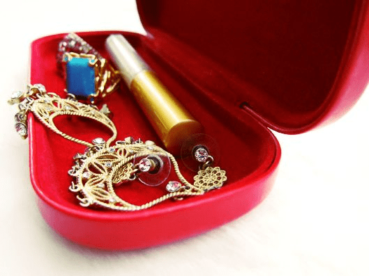 - If you have a spare eye glass case, you may also use it as a container for jewelry. Just be mindful of what you put in as jewelry can be scratch by other jewelry.