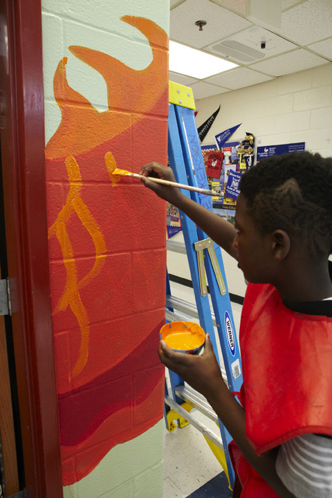 perkerson_elementary_students work with tcp resident artists_on_entryway_691.jpg