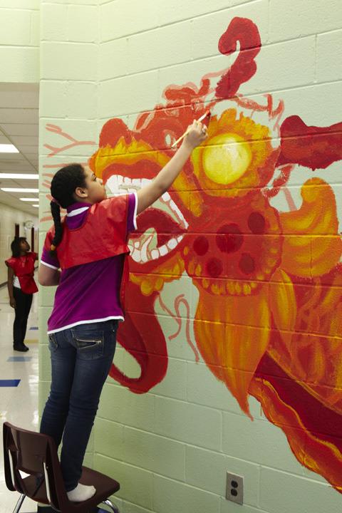 2013_perkerson_muralperkerson_elementary_students_work_with_tcp_resident_697.jpg