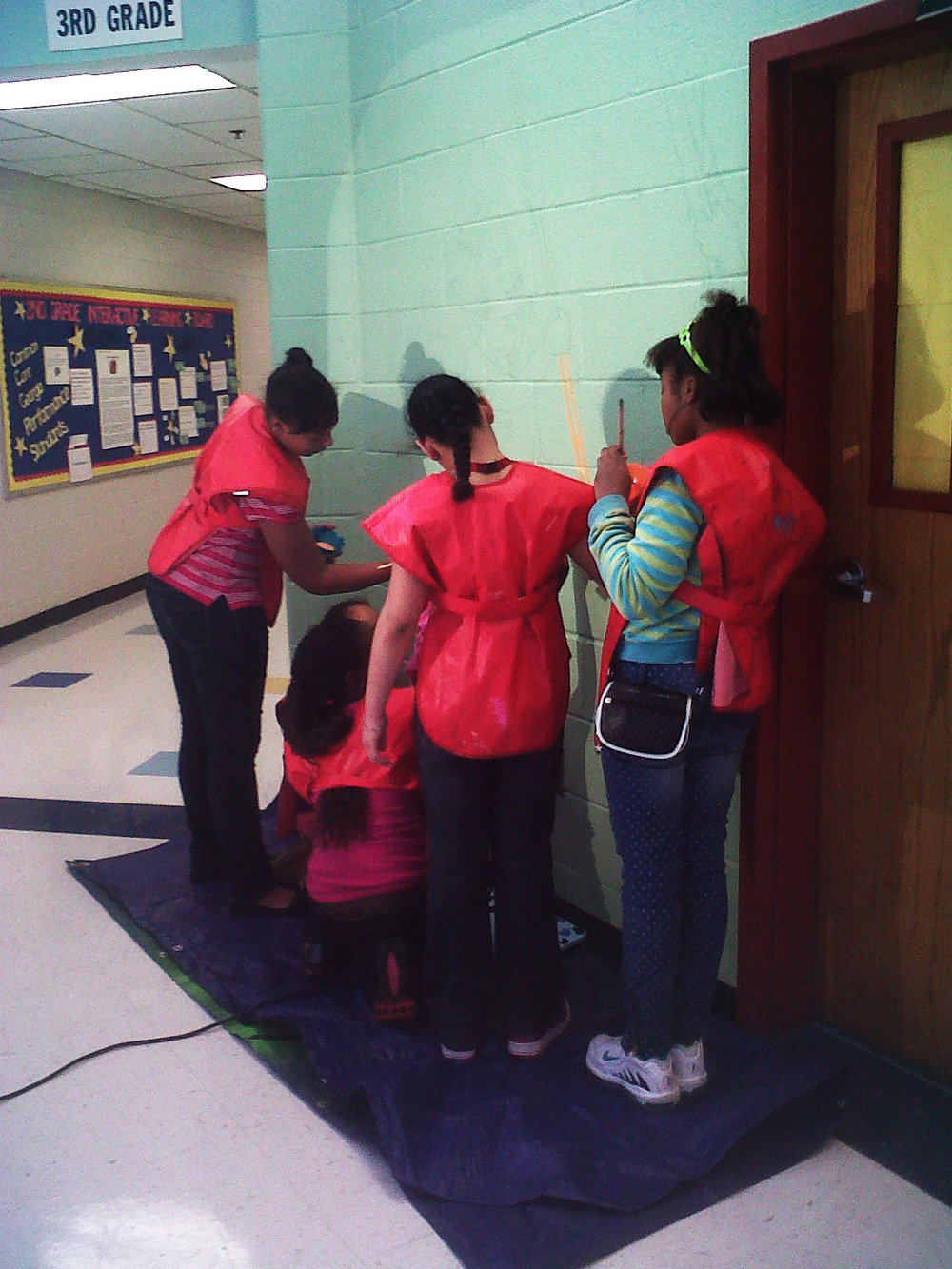 perkerson_elementary_students work with tcp resident artists_on_entryway_mural3.jpg