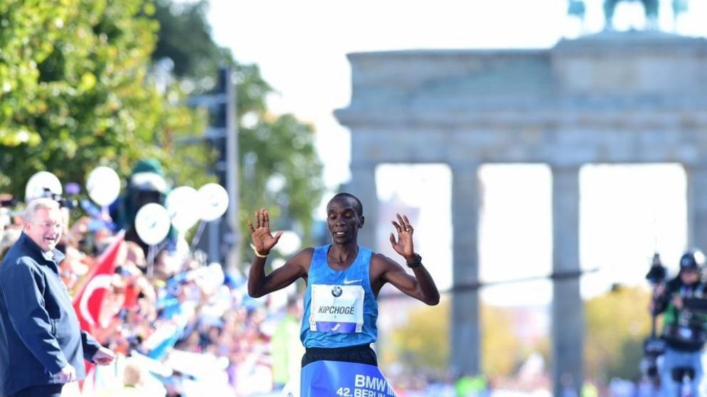 Eliud Kipchoge celebra la victoria en el maratón de Berlín (John Macdougall - Afp - Propias)