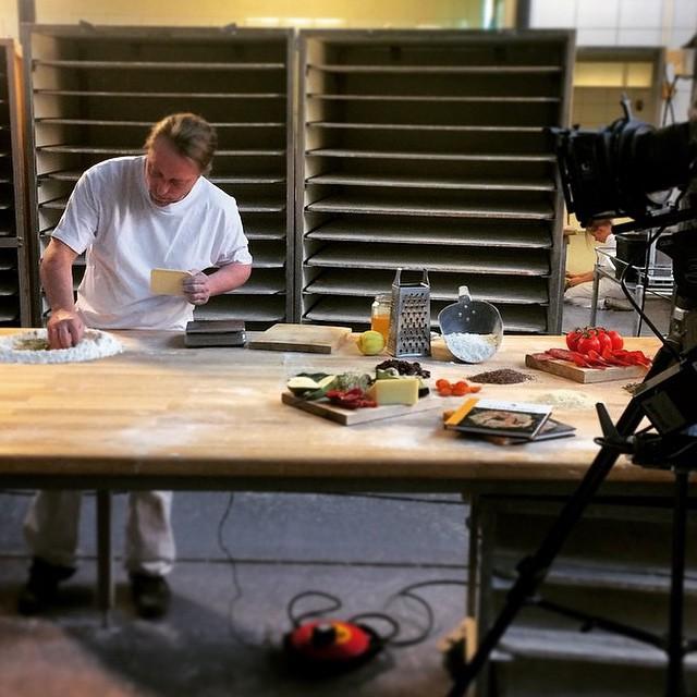 @detnorskesamlaget har vørt og filmet Manu i forbindelse med vår nye knekkebrødbok! Den fås snart kjøpt i alle våre butikker. #Åpentbakeri #knekkebrød