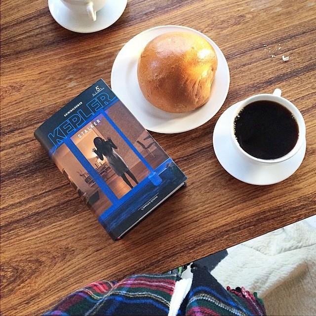 Bolle, kaffe og bok. Det er en fin start på dagen, eller deilig til lunsj. #Åpentbakeri #Kaffe #Bolle foto: @birgitteisabelle