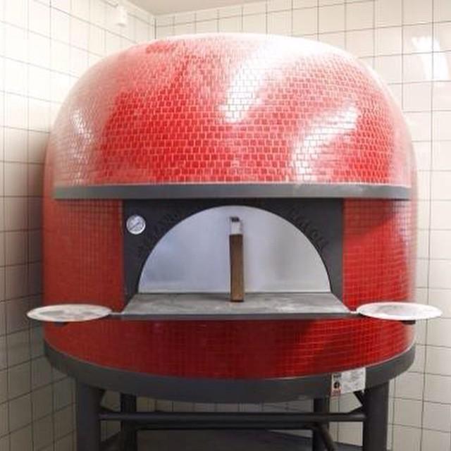 @lofthus_samvirkelag har fyrt opp i ovnen, 2-3 uker til pizzaen kan åpne på Holtet. #Åpentbakeri #Holtet #LofthusSamvirkelag