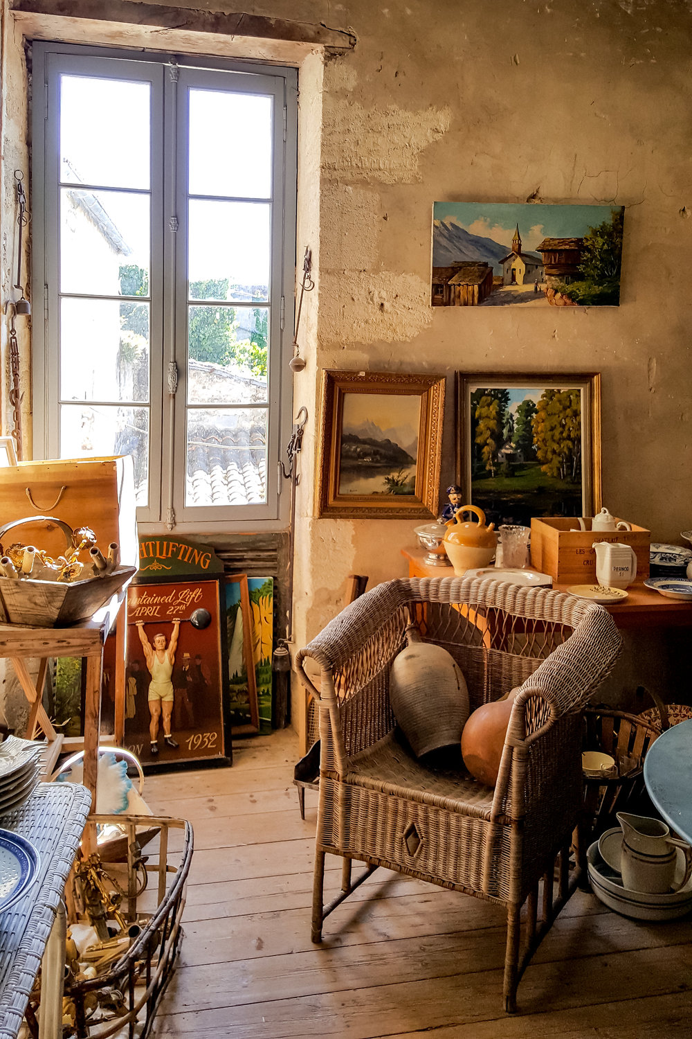 Brocante store in Saint-Christoly, Medoc