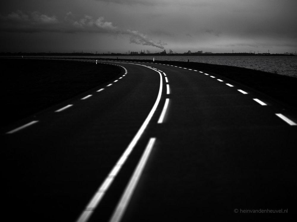 Weg met reflecterende lijnen door heinvandenheuvel.jpg