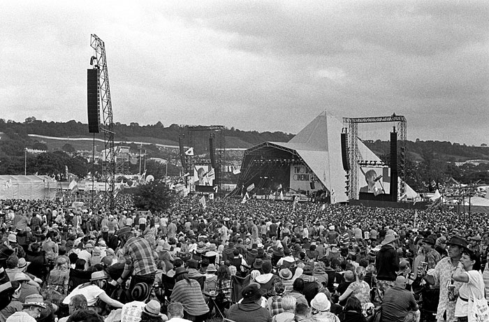 Crowds watching the Pyramid Stage.STUNICGLAST025