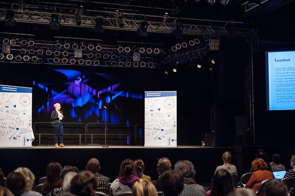 Suomi 100 Tampere -tiimi tutustuttamassa alueen toimijoita juhlavuoden verkkosivustoon, kampanjoihin ja tuleviin tempauksiin.