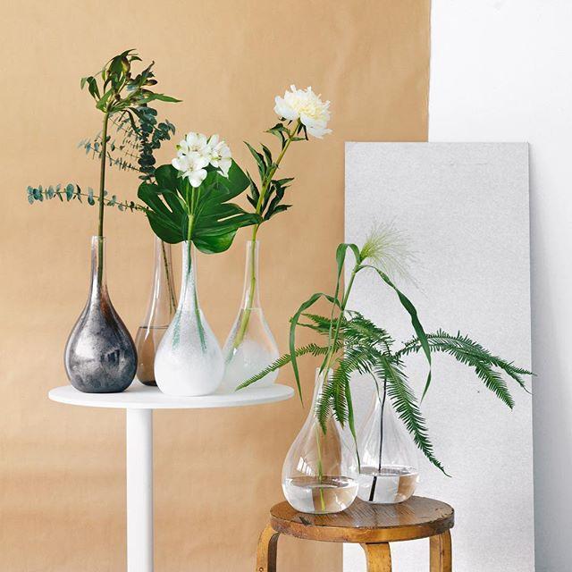 Ne kesäjuhlat. Ne oli aivan huikeet. Vielä huikeemmat on nää kesäjuhlissa puhalletut maljakot! Lasinpuhallus oli 5/5 kokemus 👌🏻 Atomilaisten kesäreissuvinkki: Lasipaja #sinisiipi Ylöjärvellä. . We made something really pretty! #stilllife #flowers #glass #glassblowing #workingatatomi @mondolehti @asunlehti . Photo: @markkupyy  Styling: @outimarim