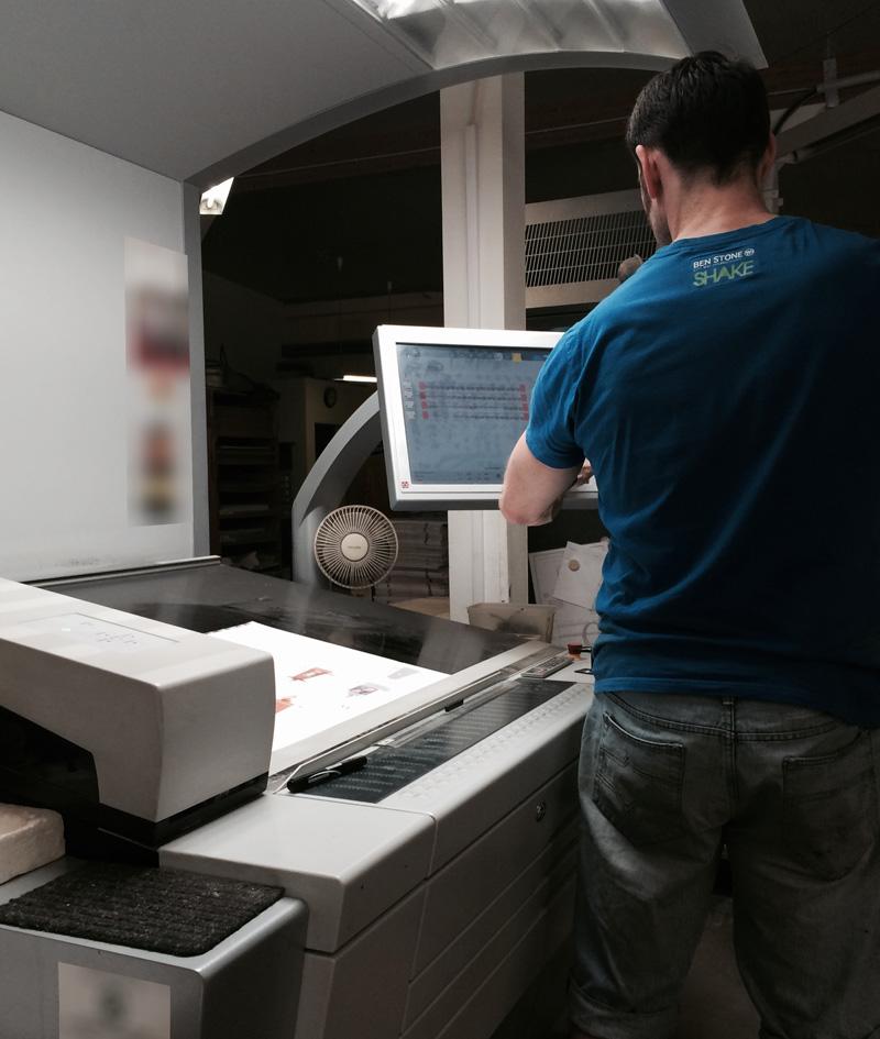 Von modernen Druckmaschinen und gut ausgebildeten Menschen betreut.