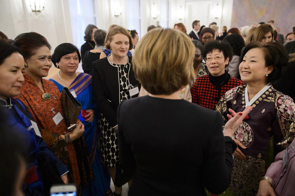 Die First Lady mit den Angehörigen des Diplomatischen Korps im Gespräch, © http://marvinguengoer.de/