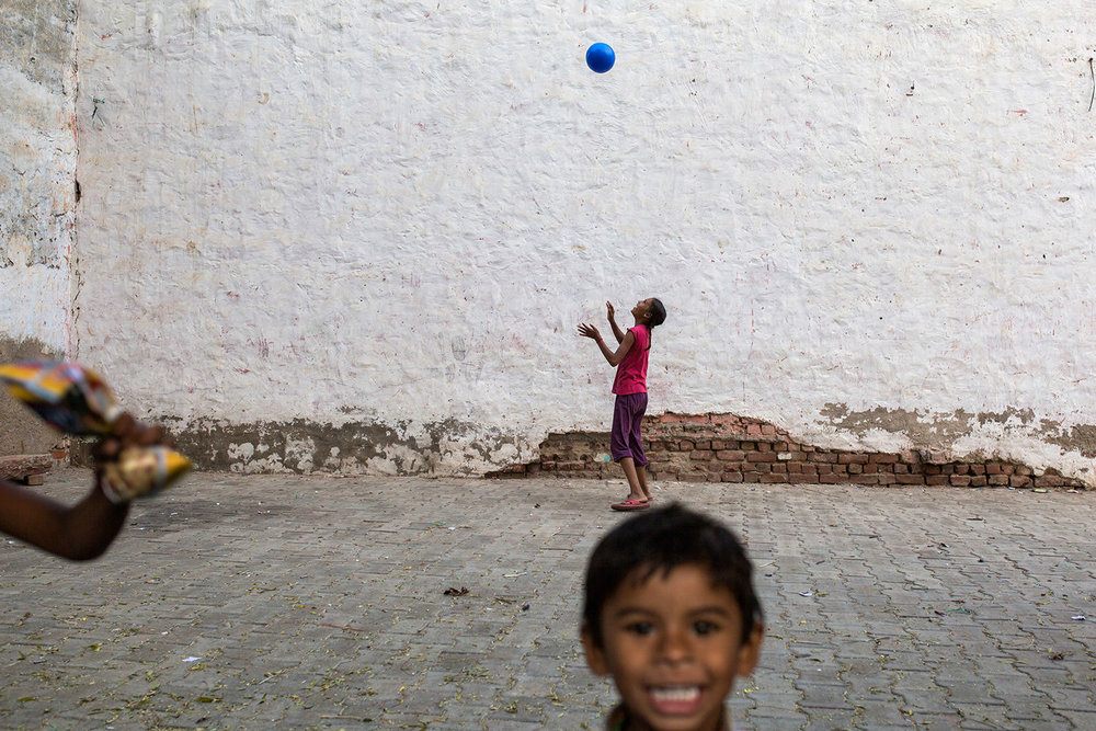 Kids playing along the Agra' streets. Agra- India