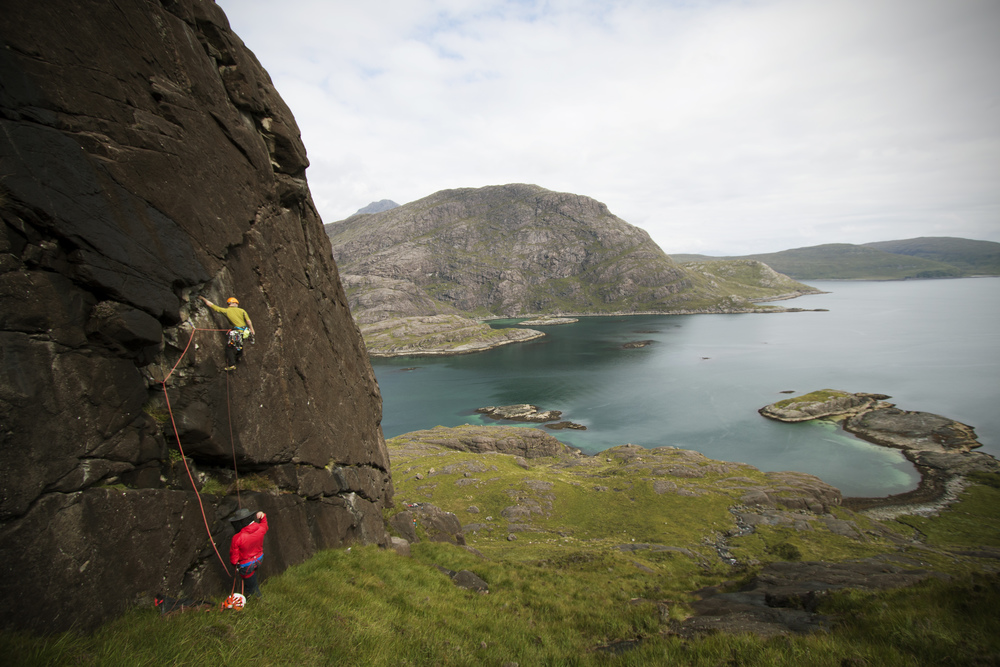 Dom Bush leading the first pitch, onsight, on the FA of Rough and the Smooth HVS 4c