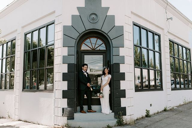 If you look hard enough you might be able to see us working away inside 🤓 Lori and Alex, from one of our favorite weddings this summer, look stunning in this first look photo out on the stoop of our handsome office! 📷 @laurenmilesphoto