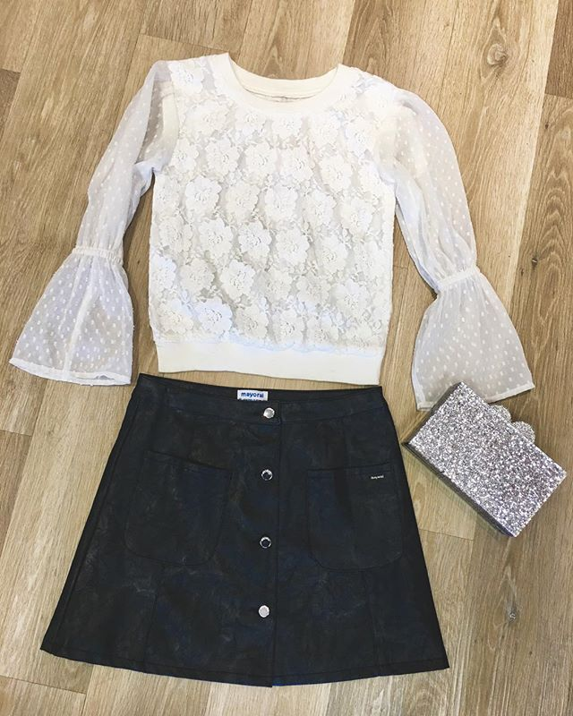Who could resist this white lace quarter bell sleeve top!? Literally no one 😍😍😍