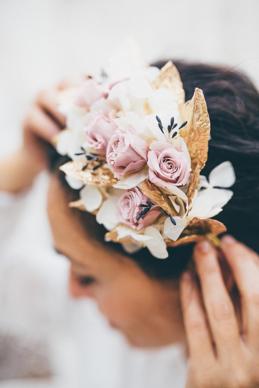 detalle tocado novia hojas doradas
