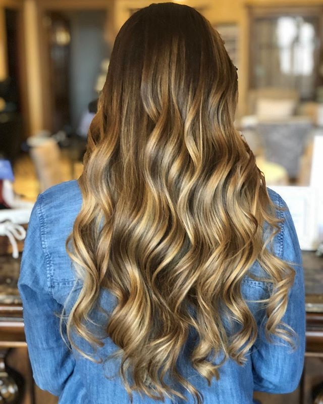 In case anyone had any doubts, @ecaisse is amazing. 😍 Starting off this year around the sun right 🔥 . 📸 + 💇🏼‍♀️ @blowoutsandmimosas . #newyearnewhair #treatyoself #balayage #32