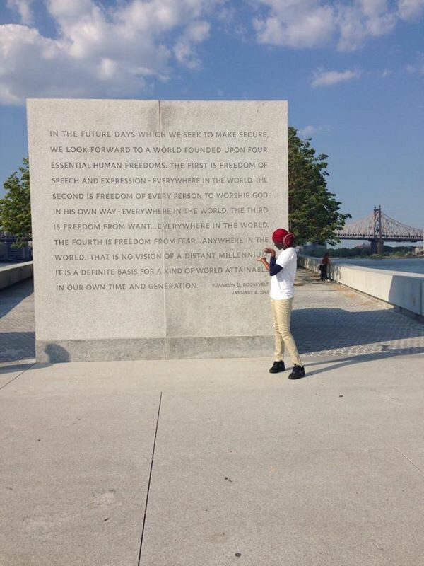 Fatima in front of the Four Freedoms inscription.