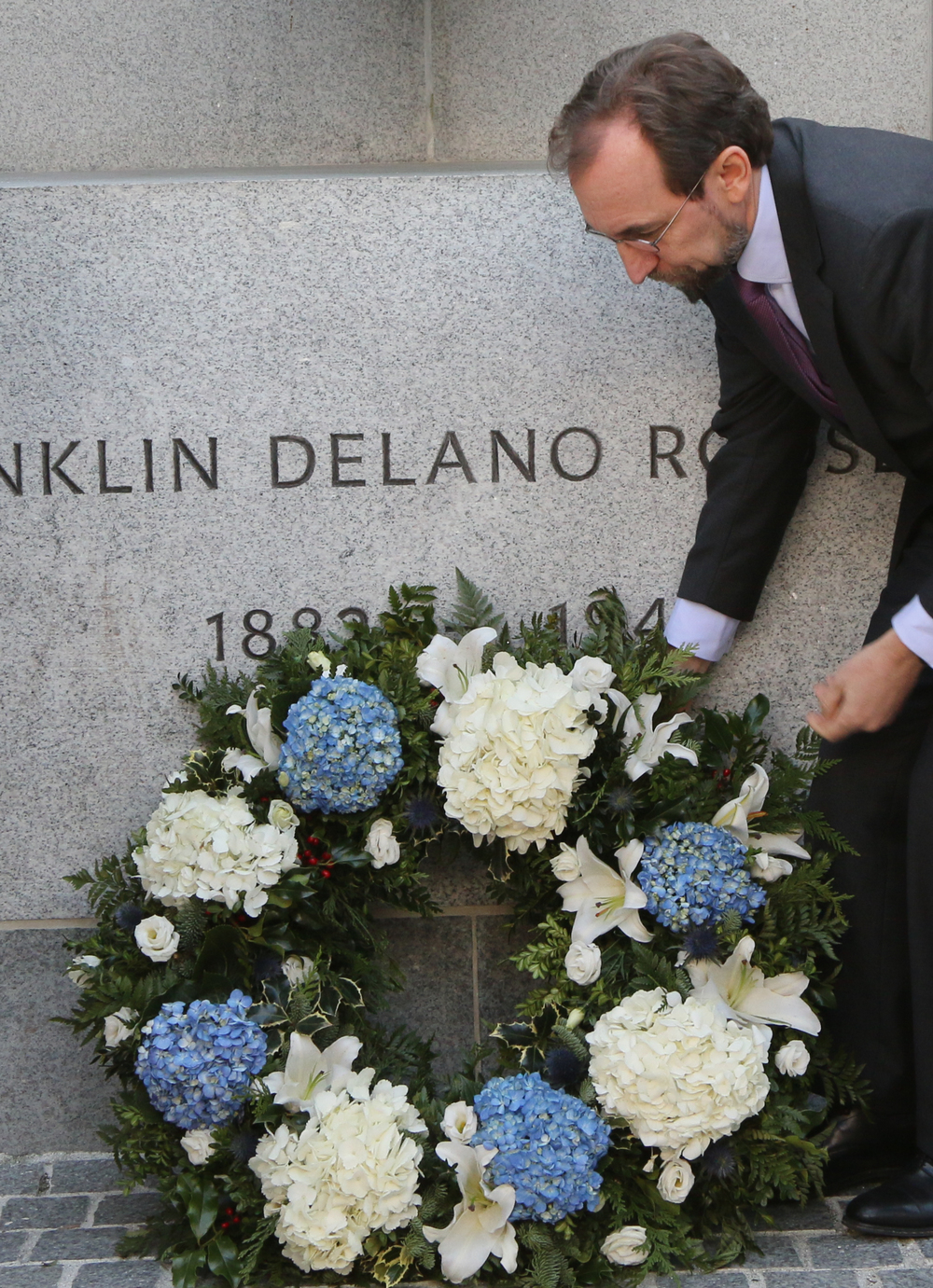 Zeid Ra'ad Al Hussein lays a wreath at the bust of FDR
