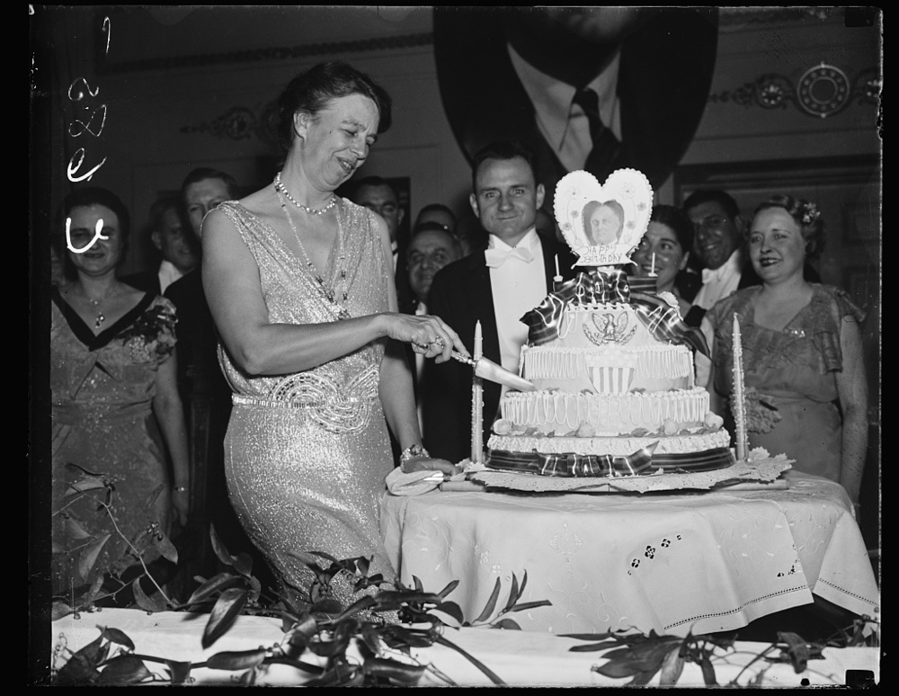 First lady cuts President's birthday cake at the Raleigh Hotel tonight. Thousands thronged the hotels in Washington tonight to celebrate the Chief Executive's 55th birthday. Courtesy, LOC