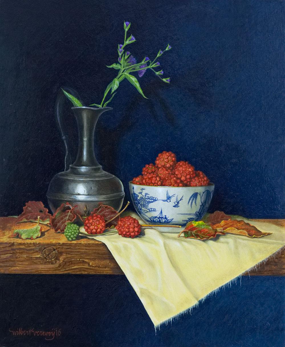 Tinnen vaasje en chinese kom met cornusvruchten | Tin vase and chinese bowl with cornusfruit
